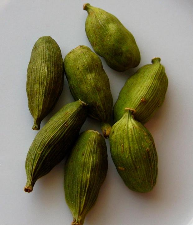 3-28-green-cardamom-pods2